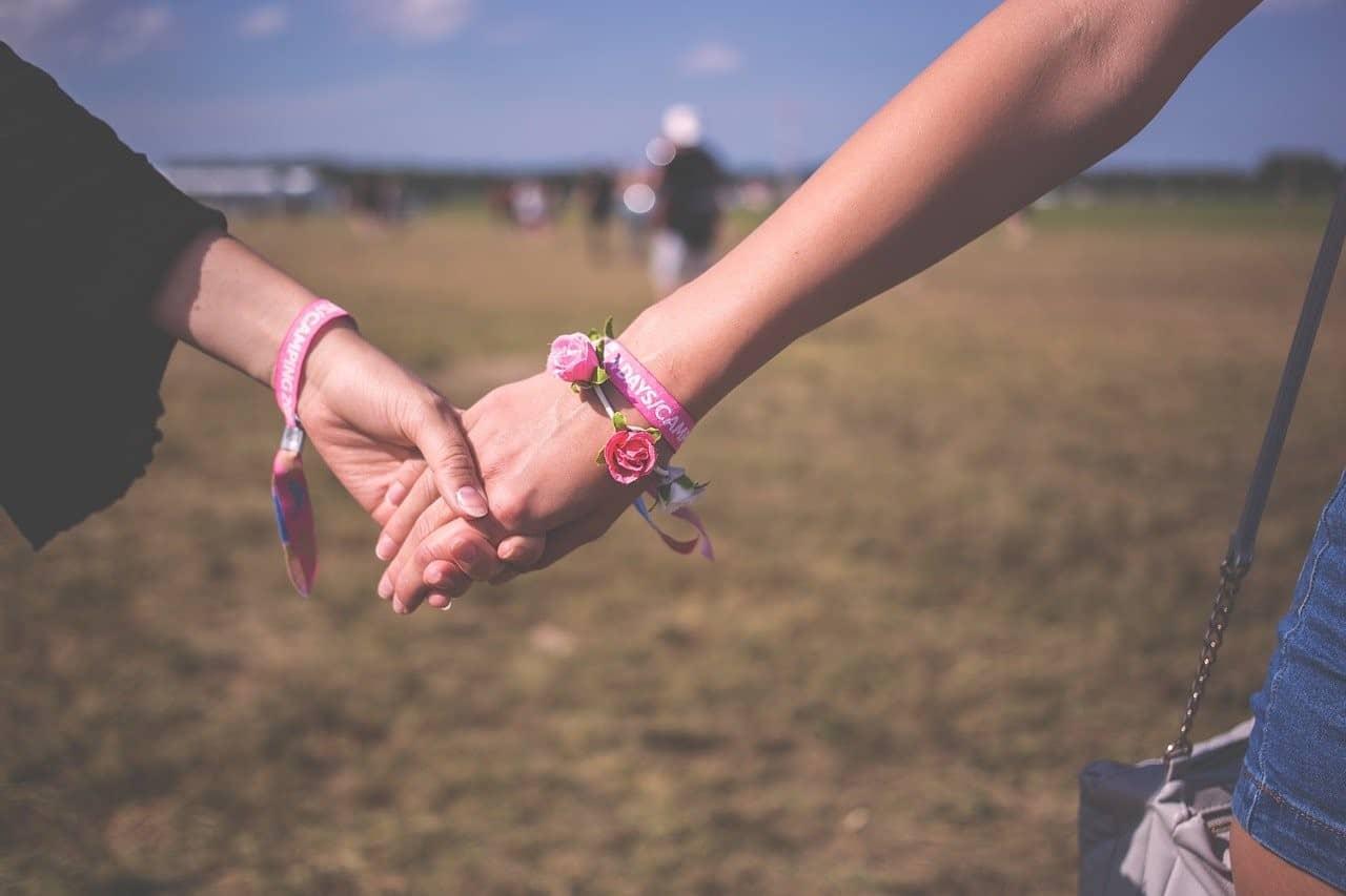 bestfriends holding hands