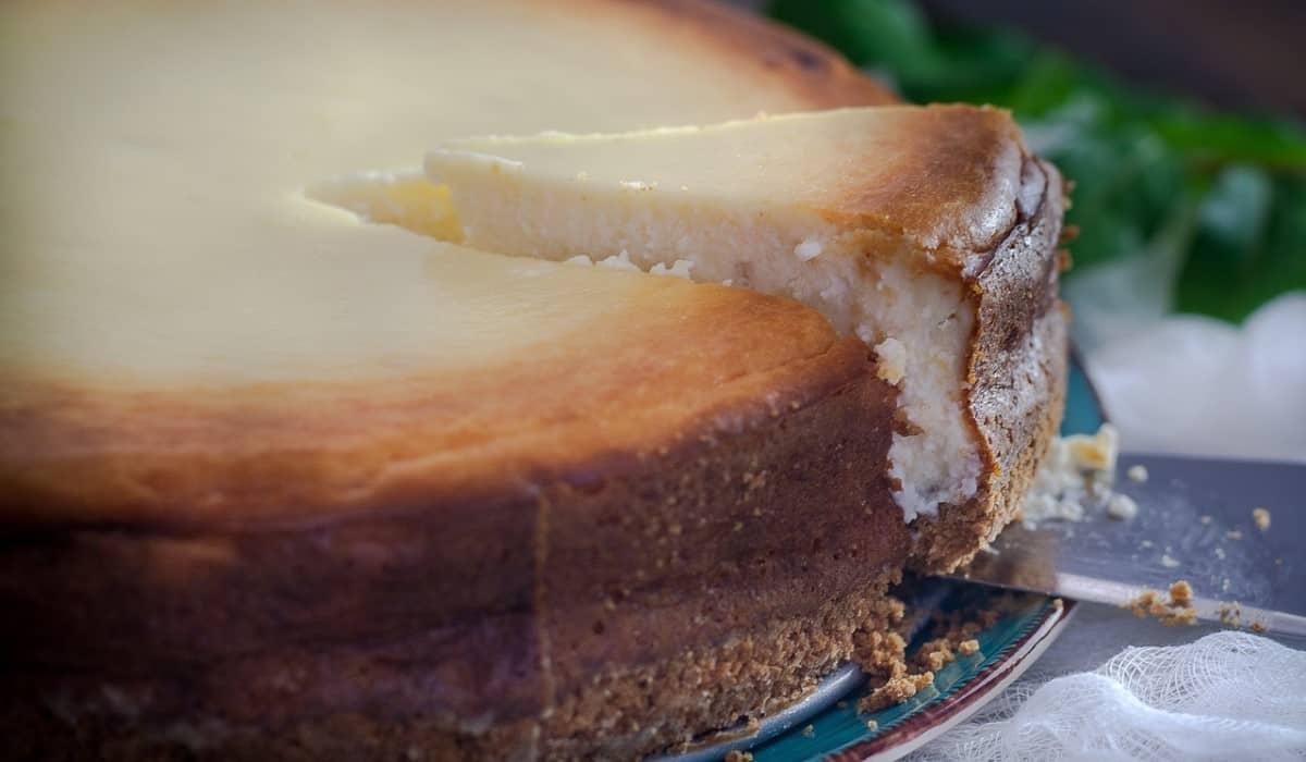 slicing cake