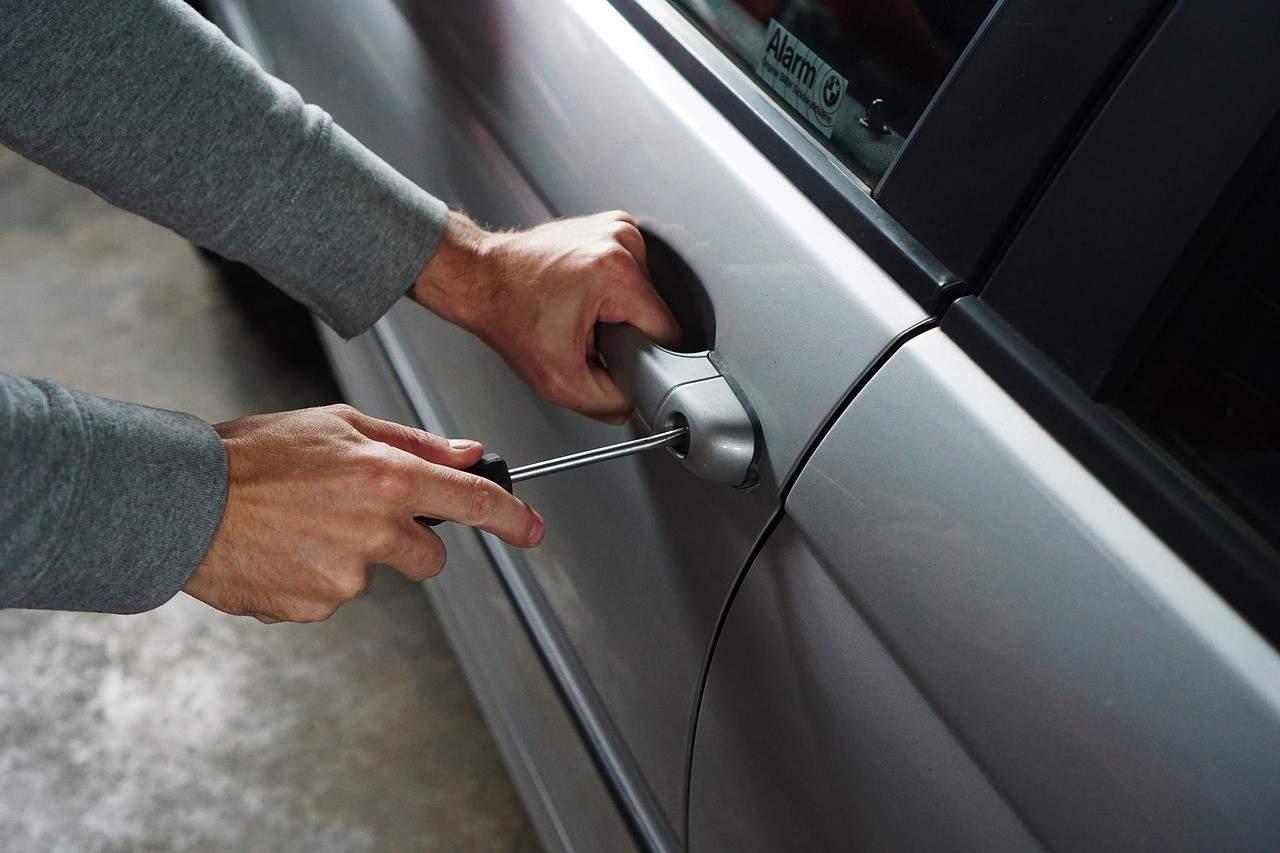 robbing car