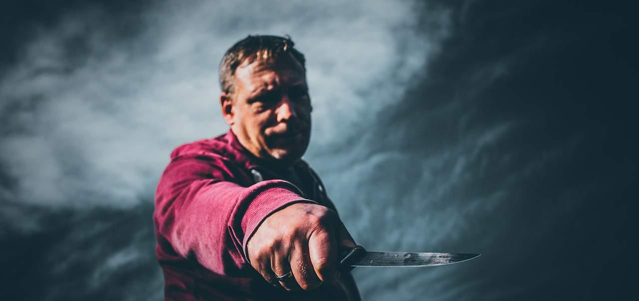 man knife self defense